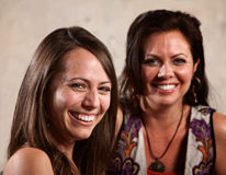 Risa bonita de dos mujeres Foto de archivo libre de regalías