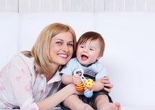 Risa de la hembra y del niño Imagenes de archivo