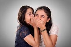 Risa de la muchacha en el chisme del amigo Imagenes de archivo