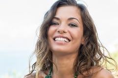 Risa de la mujer joven foto de archivo libre de regalías
