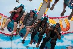 Risa de los adolescentes en un paseo asustadizo del carnaval Fotos de archivo