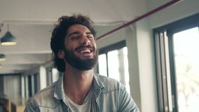 Risa de moda masculina en café almacen de video