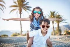 Risa del muchacho y de la muchacha Imagen de archivo