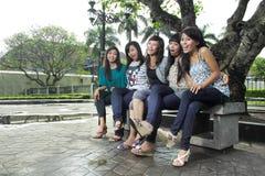 Risa feliz sonriente del grupo de los amigos de muchacha Imagenes de archivo
