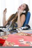 Risa joven hermosa y teléfono de la secretaria Imagenes de archivo