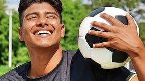Risa masculina deportiva del jugador de fútbol Imagen de archivo