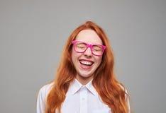 Risa roja positiva de la muchacha del adolescente del pelo Imágenes de archivo libres de regalías