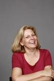 Risa rubia madura de la mujer imágenes de archivo libres de regalías
