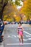 Risa Shigetomo (Japón) funciona con el maratón de 2013 NYC Imagen de archivo libre de regalías