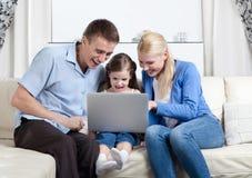 Risa sin problemas de la familia Imagen de archivo libre de regalías