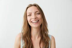 Risa sonriente de la muchacha feliz sincera hermosa mirando la cámara sobre el fondo blanco Imágenes de archivo libres de regalías