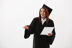 Risa sonriente graduada del soltero africano alegre feliz de la muchacha durante el discurso de aceptación que lleva a cabo la pr Foto de archivo