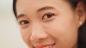 Risa vietnamita encantadora de la muchacha Haga frente al primer metrajes