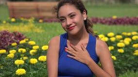 Risa y amor de la felicidad de la mujer joven metrajes