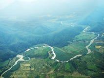 Risaia, montagna e fiume nella vista superiore Immagini Stock