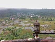 Risaie e piccola vista nebbiosa del villaggio dall'angolo alto con la bella lampada sul lato fotografie stock libere da diritti