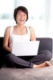 Risas asiáticas jovenes del ejecutivo mientras que charla en línea imágenes de archivo libres de regalías