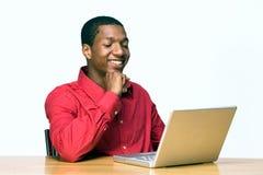 Risas del estudiante mientras que trabaja en Computadora-Horizontal Imágenes de archivo libres de regalías