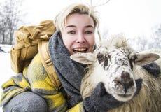 Risas femeninas del defensor que abrazan una oveja imágenes de archivo libres de regalías