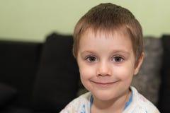 Risas hermosas y miradas de un muchacho en la cámara imagenes de archivo