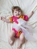 Risas y sonrisas en un pequeño niño Fotos de archivo libres de regalías