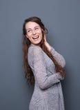 Risata amichevole della giovane donna Fotografie Stock