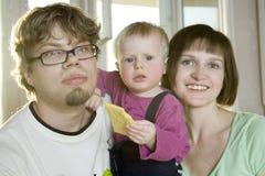 Risata della madre, del padre e del bambino fotografia stock