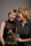 Risata delle amiche durante il nuovo anno Immagini Stock Libere da Diritti