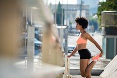 Riscaldamento atletico esile del corridore della donna all'aperto Fotografia Stock