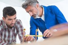 Riscaldamento centrale di And Apprentice Fitting dell'idraulico Immagini Stock