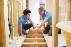 Riscaldamento centrale di And Apprentice Fitting dell'idraulico Fotografie Stock