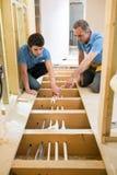 Riscaldamento centrale di And Apprentice Fitting dell'idraulico Fotografia Stock