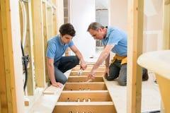 Riscaldamento centrale di And Apprentice Fitting dell'idraulico Fotografia Stock Libera da Diritti