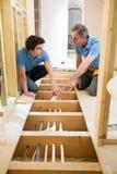 Riscaldamento centrale di And Apprentice Fitting dell'idraulico Immagini Stock Libere da Diritti
