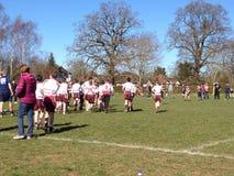 Riscaldamento dei junior di rugby Fotografie Stock