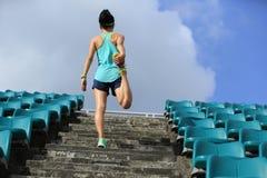 Riscaldamento del corridore della donna sulle scale Fotografia Stock