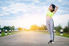 Riscaldamento del corridore della giovane donna all'aperto Stile di vita e sport sani Immagini Stock