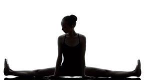 Riscaldamento del danzatore di balletto della ballerina della giovane donna Immagini Stock