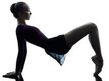 Riscaldamento del danzatore di balletto della ballerina della giovane donna Immagine Stock
