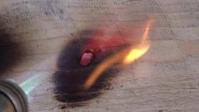 Riscaldamento del pezzo di europio Riscaldamento del bruciatore a gas con un pezzo di metallo video d archivio