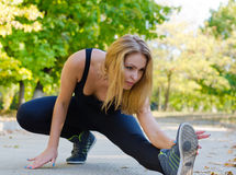 Riscaldamento dell'atleta della donna Fotografie Stock