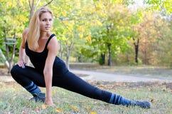 Riscaldamento dell'atleta della donna Fotografie Stock Libere da Diritti