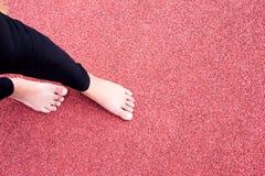 Riscaldamento dell'atleta femminile nell'arena dello stadio e nella pista corrente t della corsa Fotografia Stock