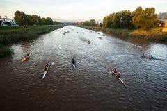 Riscaldamento della corsa della canoa dei Paddlers Fotografie Stock