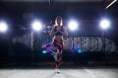 Riscaldamento delle gambe di armi di allungamento di esercizio della donna di forma fisica fotografie stock