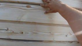 Riscaldamento di una casa di legno da una barra, da una pittura e da un sigillamento durante il periodo di estate video d archivio