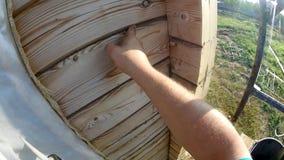 Riscaldamento di una casa di legno da una barra, da una pittura e da un sigillamento durante il periodo di estate stock footage