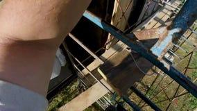 Riscaldamento di una casa di legno da una barra, da una pittura e da un sigillamento durante il periodo di estate archivi video