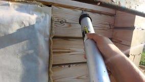 Riscaldamento di una casa di legno da una barra, da una pittura e da un sigillamento durante l'estate per video d archivio