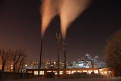 Riscaldamento freddo dei condotti termici della città di inverno Immagine Stock